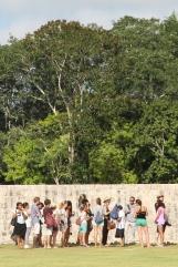 TOURISTEN VOR DEN ALTEN MAUERN IN CHICHÉN ITZÁ
