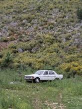 ALTER MERCEDES IN DEN BERGEN ALBANIENS. EIN HÄUFIG ZU SEHENDES BILD