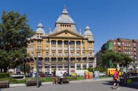 Gegenüber des Déak-Ferenc-tér